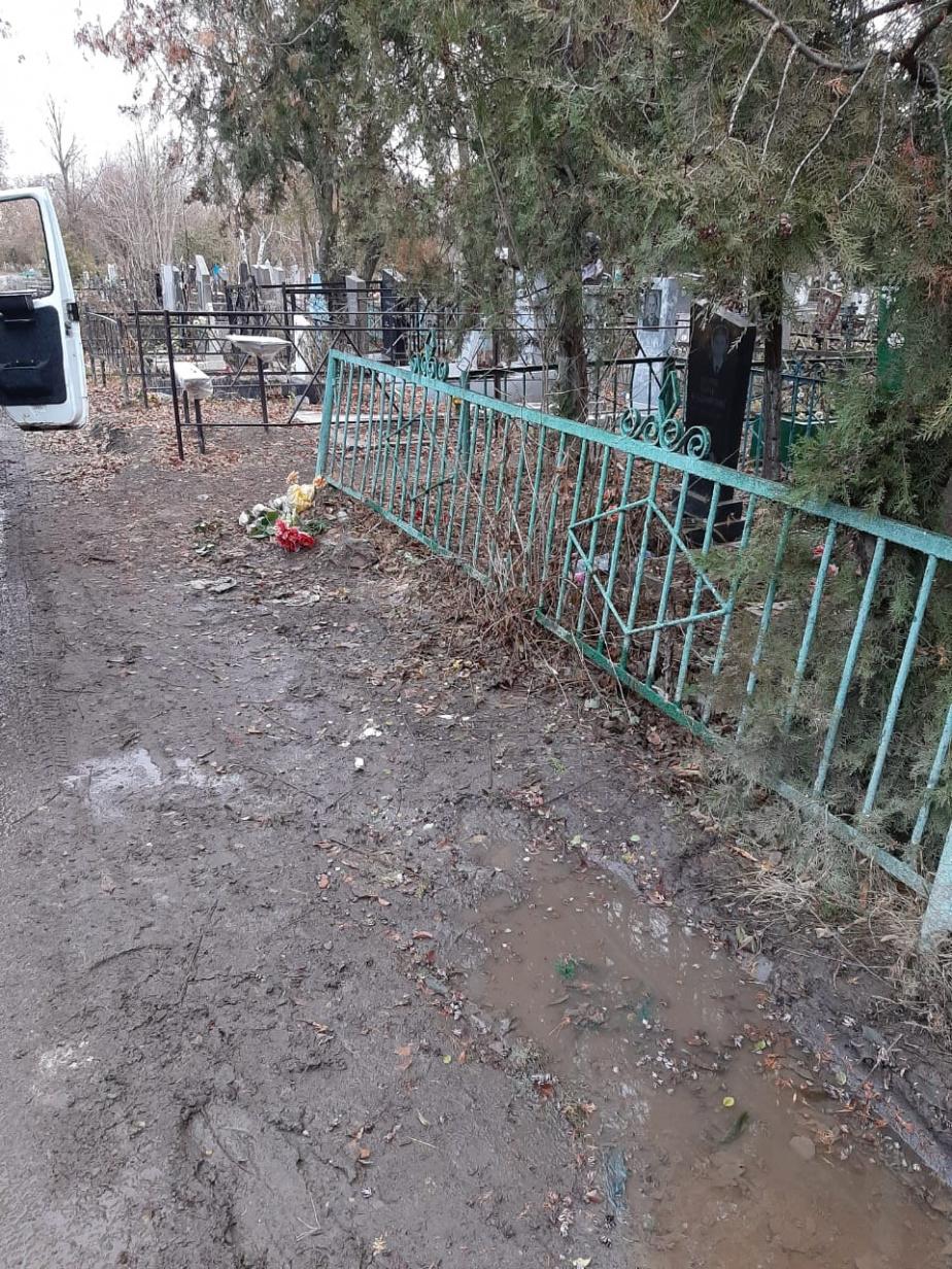 В Батайске на кладбище в Красном саду вывезли строительный мусор