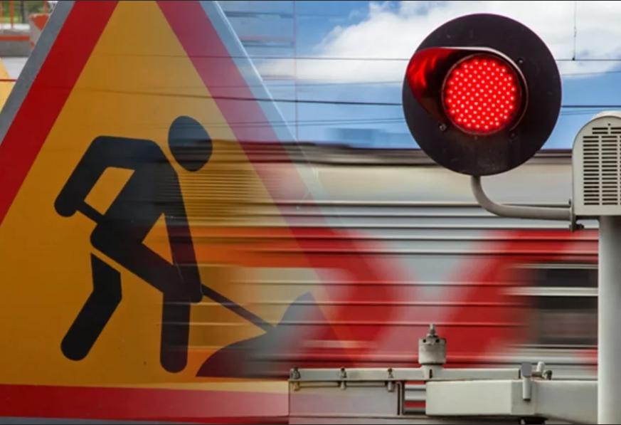 В Батайске на железнодорожном переезде ограничили движение транспорта